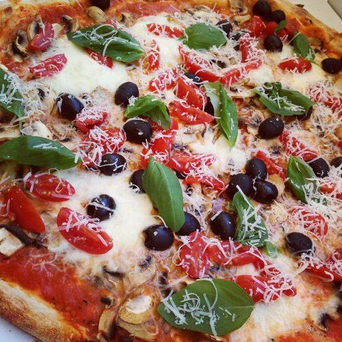Pizza azeitonas e tomate